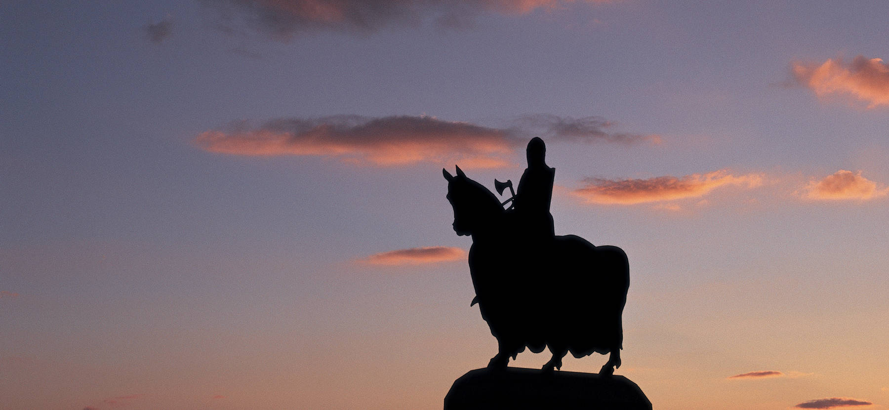 Robert the Bruce on horseback monument, with Stirling Castle in the distance