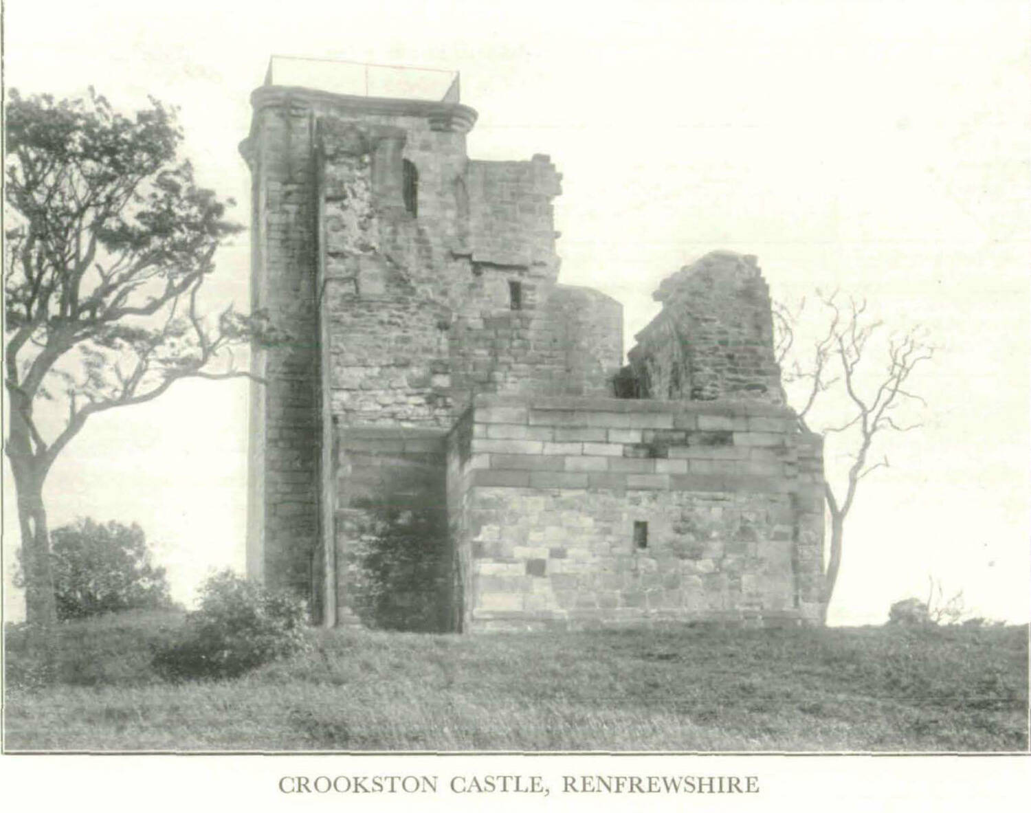 Black and white photo of the ruin of Crookston Castle