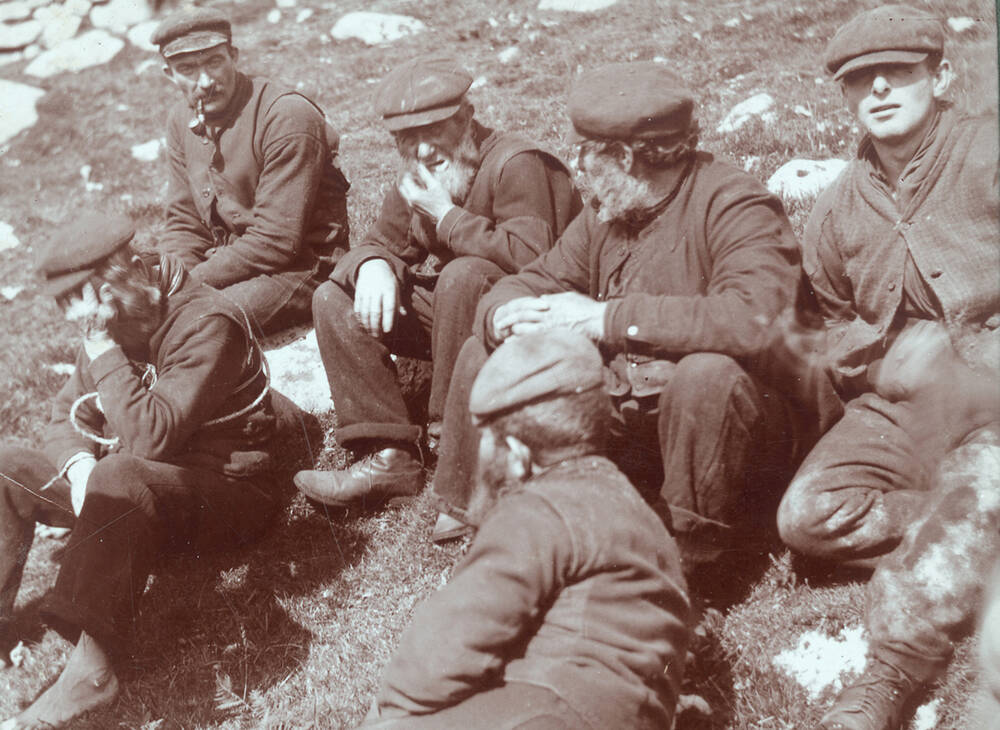 A black and white photo of men from St Kilda sitting down.