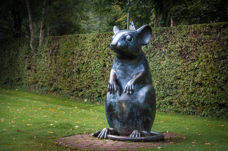 The large mouse statue on Poet's Path at Robert Burns Birthplace Museum. The mouse sits up on its hind legs with its tail wrapped around.