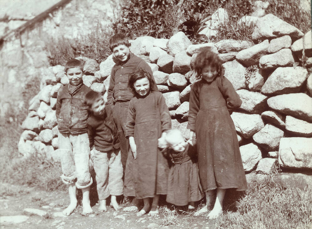 A black and white photo of children on St Kilda in 1907