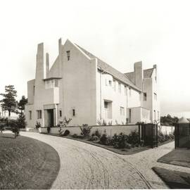 Black and white photo of the Hill House, showing the gravelled drive sweeping up to the main entrance.