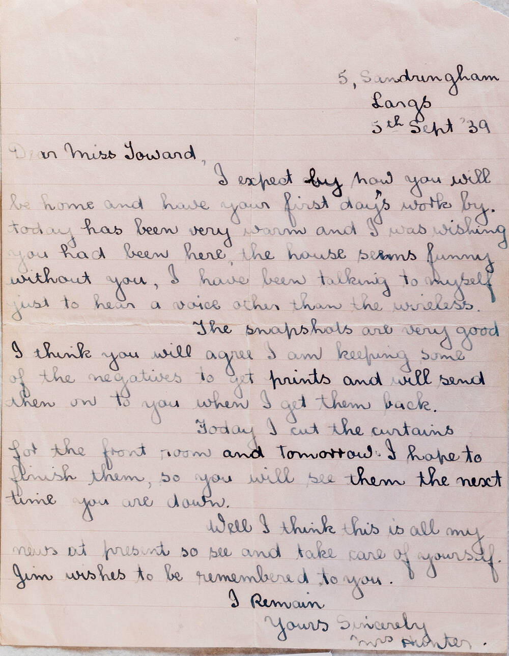 A letter in black ink on lined paper to Miss Toward from Miss Hunter discussing sharing 'snapshots'.